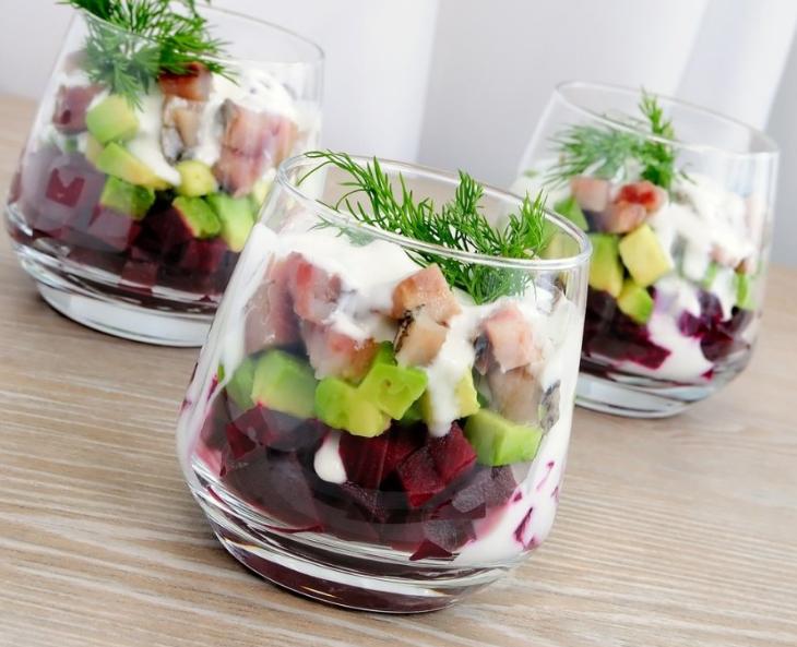 salat_s_seledkoj_avokado