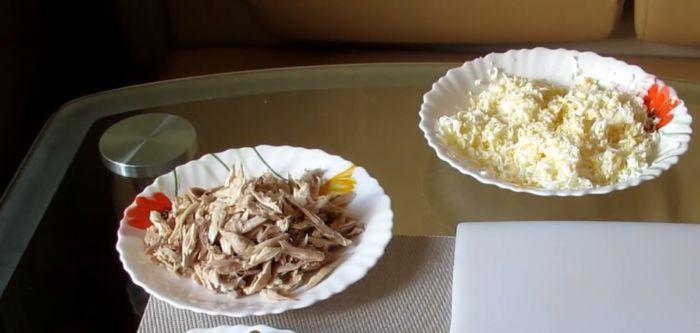 курицу полосками, яйца на терке