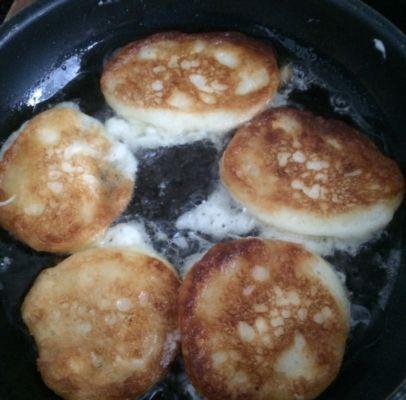 обжариваем оладьи на сковороде