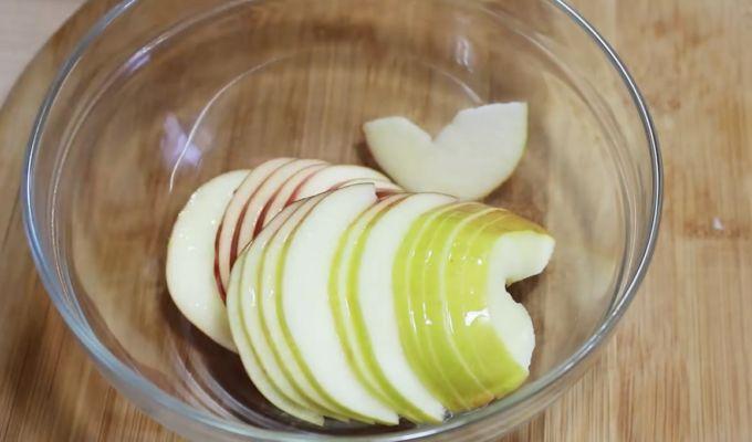яблоки нарезаем кружочками