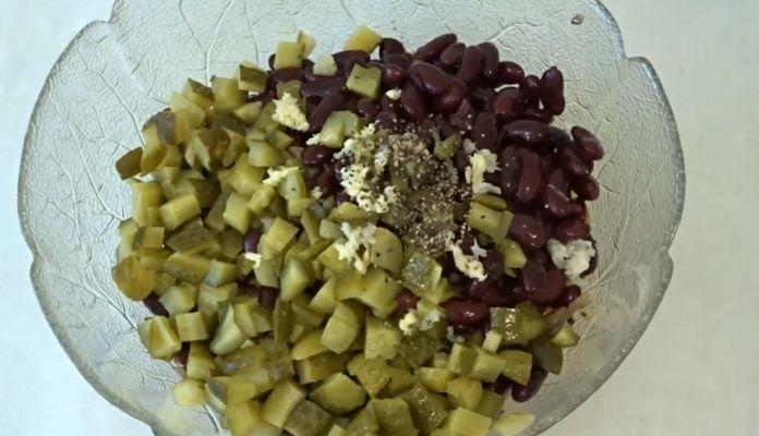 добавляем фасоль и чеснок