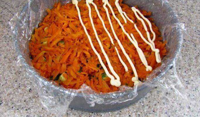 выкладываем натертую морковь
