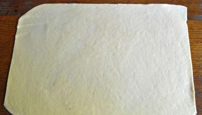 раскатываем тонко тесто