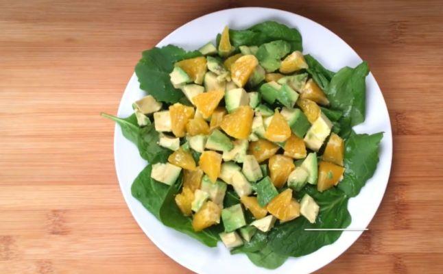 постный салат из шпината, авокадо и апельсина