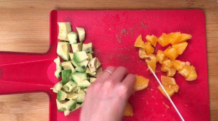 нарезаем авокадо и апельсин