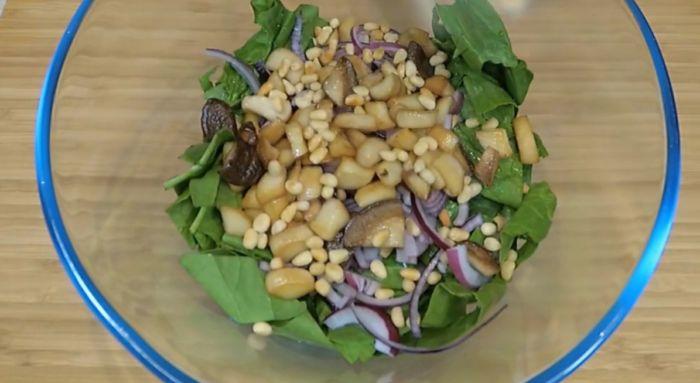 в салатницу кладем шпинат, лук, грибы и орехи