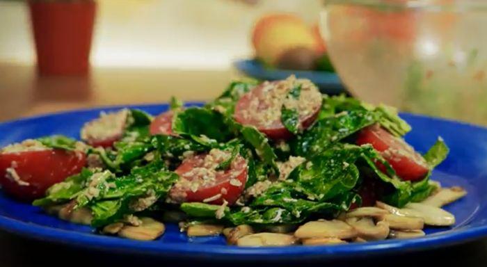 салат со шпинатом, помидорами и грибами