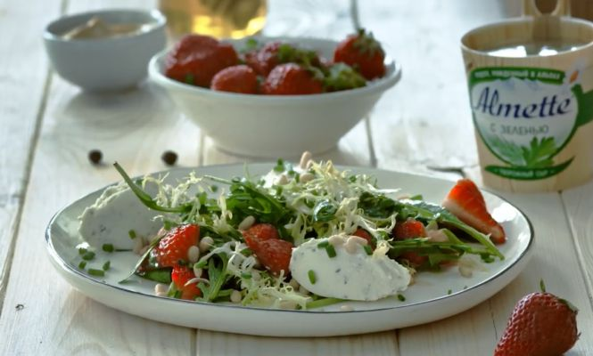 салат из шпината с клубникой