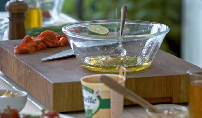 готовим салатную заправку с горчицей и медом