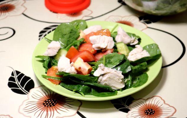 салат со шпинатом и куриной грудкой