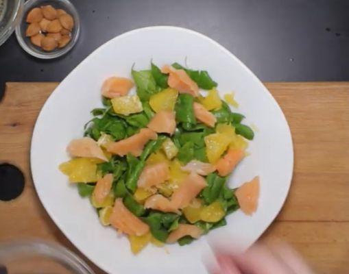 выкладываем шпинат, апельсин и семгу на тарелку