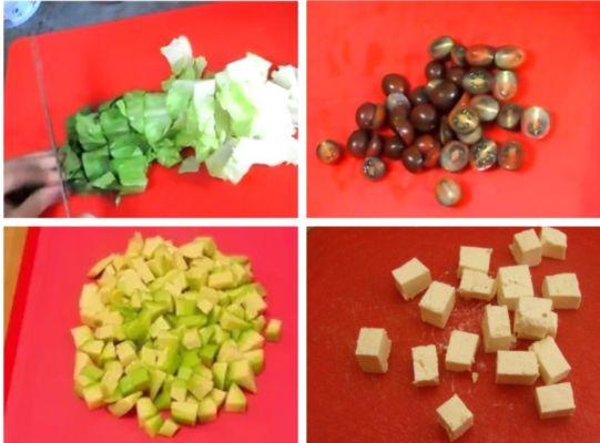 нарезаем листья салата, помидоры и авокадо