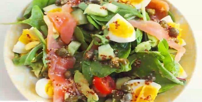 салат со шпинатом, семгой, авокадо и яйцами