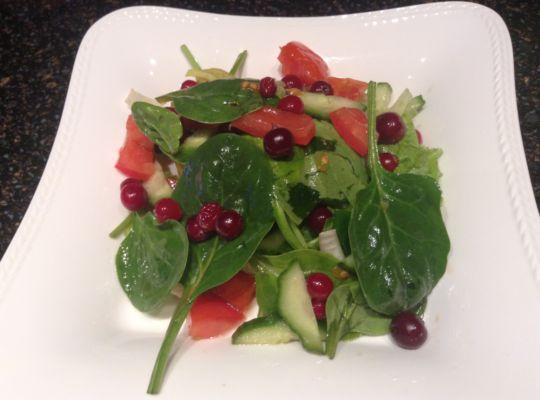 салат со шпинатом, помидорами, огурцами и клюквой