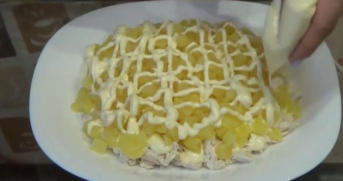 второй слой - порезанный ананас