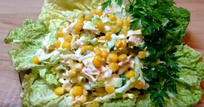 витаминный салат с пекникой, огурцом и кукурузой
