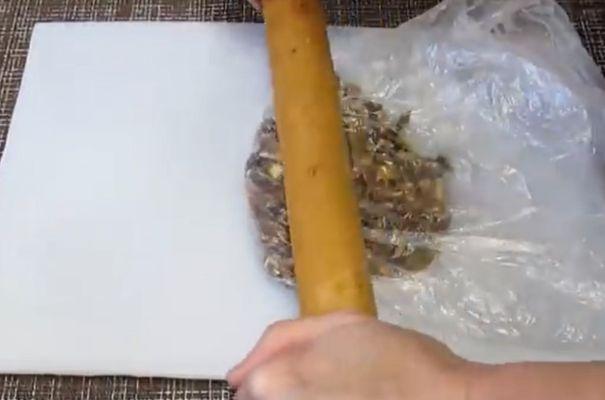 грецкие орехи обжариваем и измельчаем