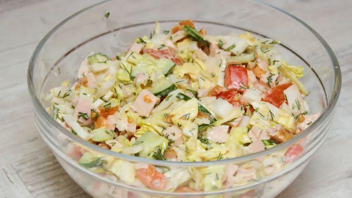 салат с пекинской капустой, помидорами и копченой курицей