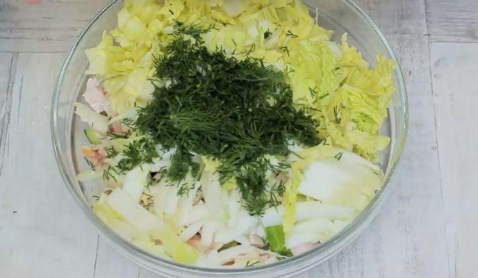 нарезаем укроп в салат