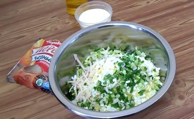 трем сыр и нарезаем зеленый лук