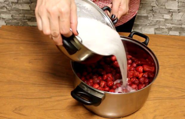 заливаем клубнику горячим сиропом