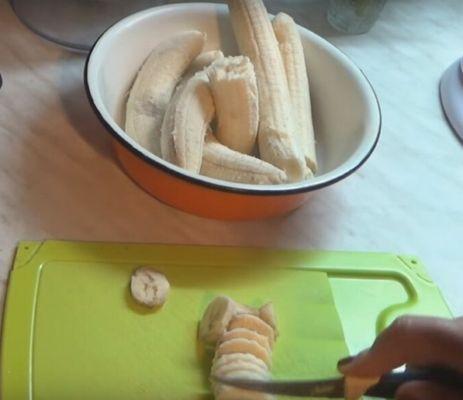 нарезаем банан в варенье
