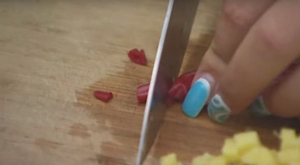 нарезаем имбирь и перец