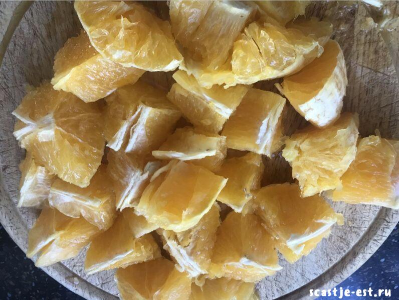 апельсины нарезаем кусочками и измельчаем