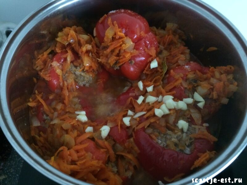овощную поджарку выкладываем на перцы