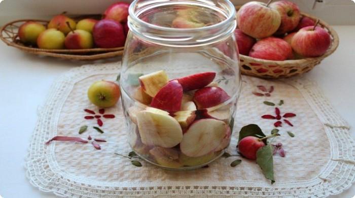 нарезаем яблоки в банку