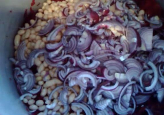 добавляем в салат нарезанный лук