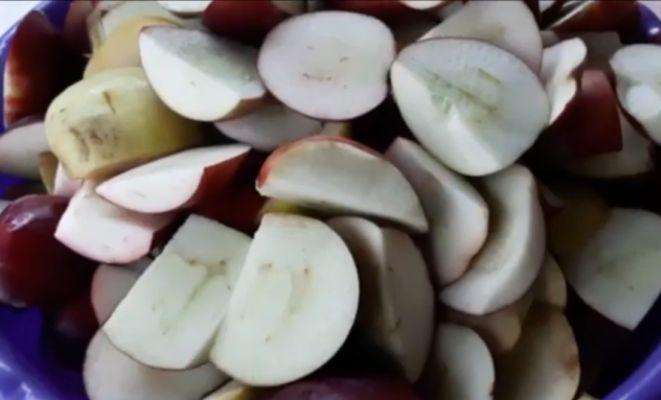 яблоко разрезаем на несколько частей