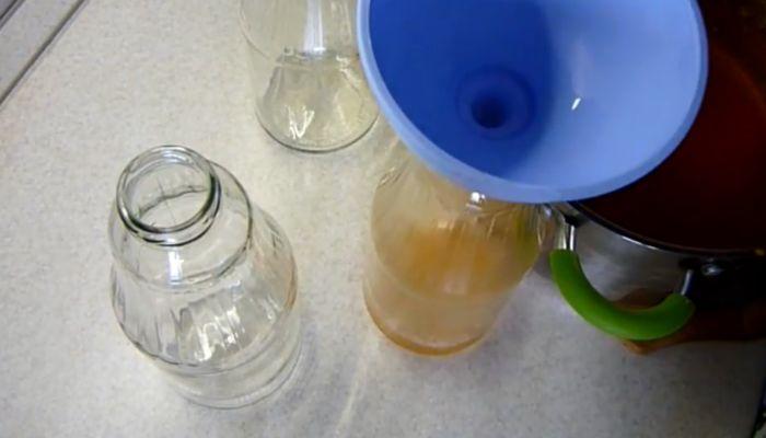 разливаем сок в бутылки