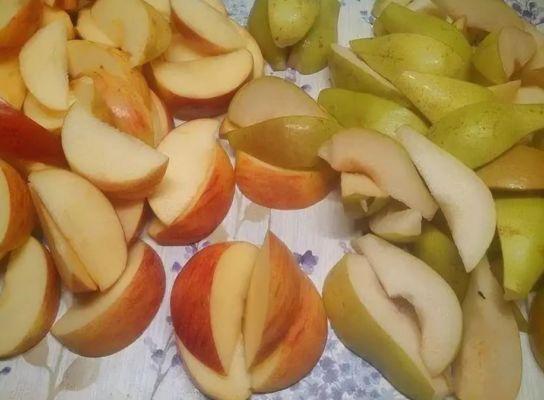 у яблок и груш удаляем семенную коробочку