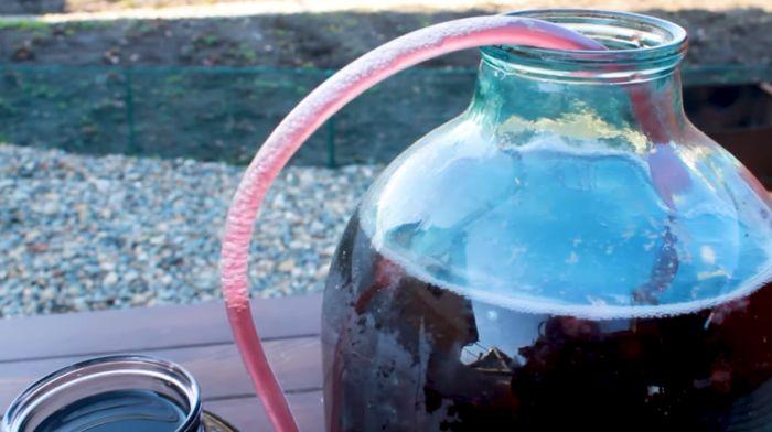 снимаем вино с осадка
