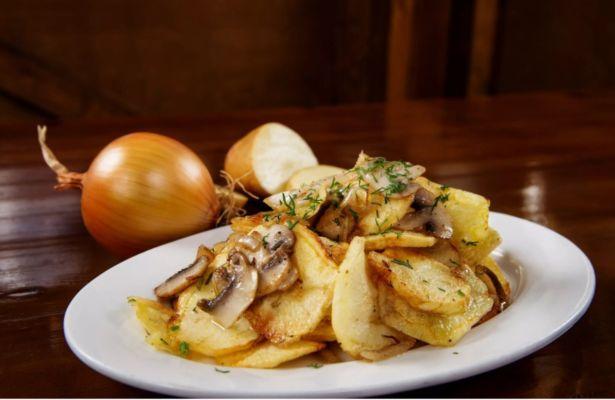 Жареная картошка с грибами на сковороде — 7 быстрых и легких рецептов