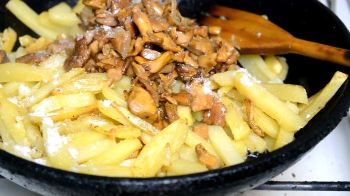 добавляем грибы в картофель