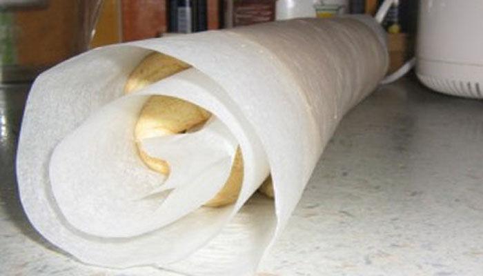 скатываем бисквит в рулет