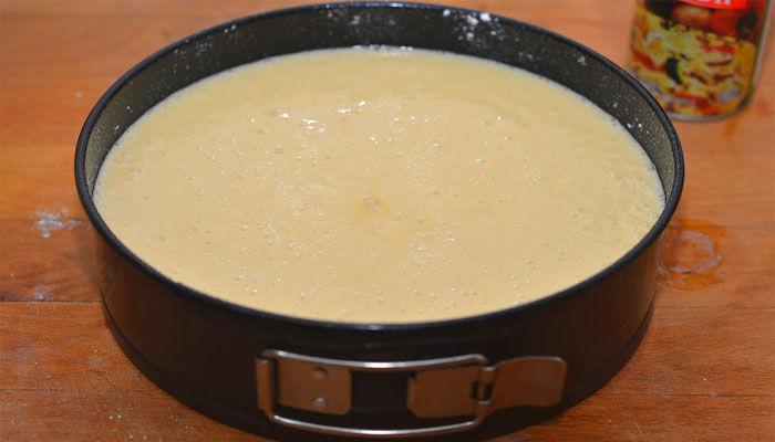 выливаем тесто в форму и запекаем