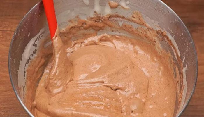 замешиваем тесто и добавляем какао