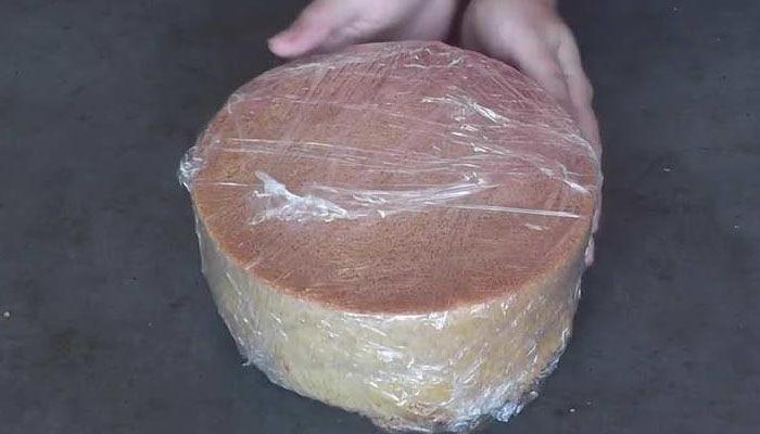 бисквит заворачиваем в пленку и ставим в холодильник