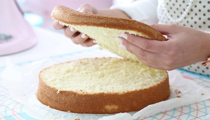 нарезаем бисквит и пропитываем кремом