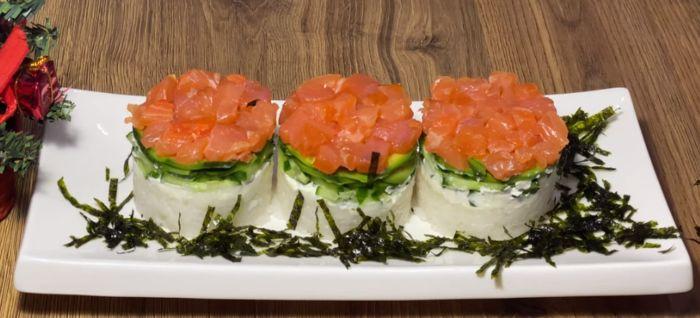 посыпаем на тарелку нарезанные водоросли