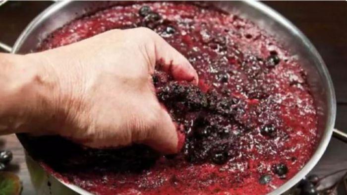 раздавливаем ягоды руками