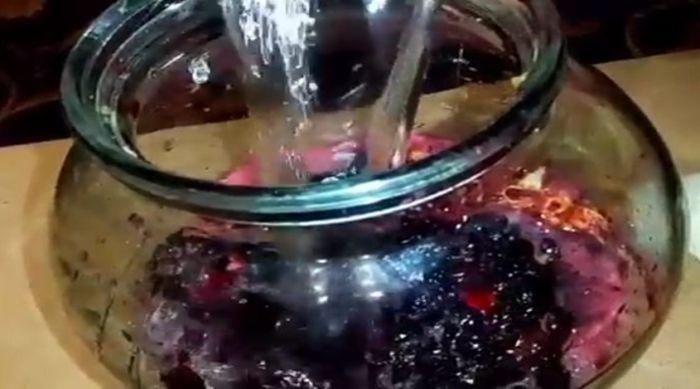 добавляем сахар, воду и ставим гидрозатвор