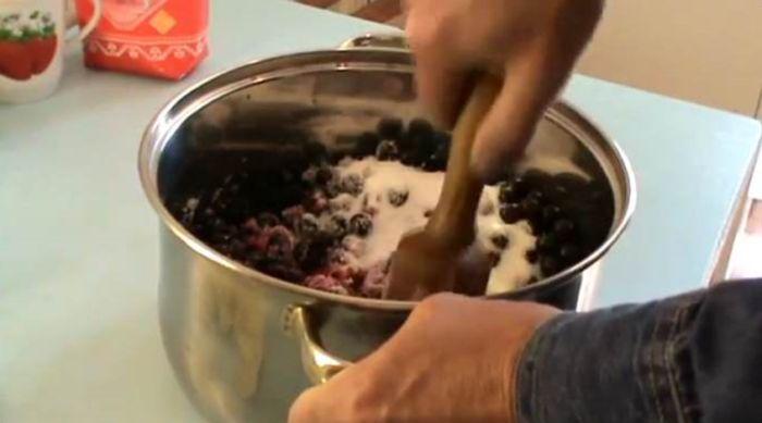 разминаем ягоды толкушкой и засыпаем сахаром