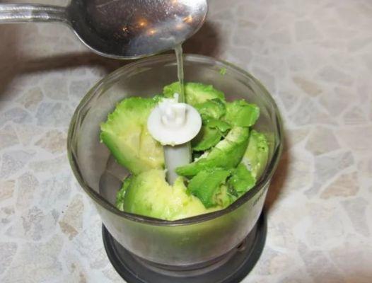 авокадо измельчаем блендером