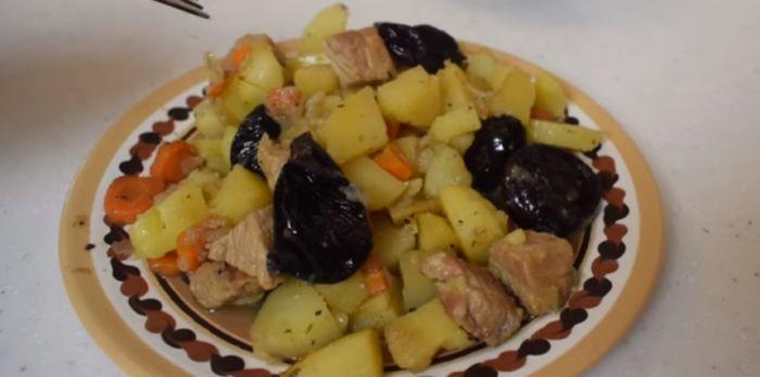 свинина с черносливом в горшочках